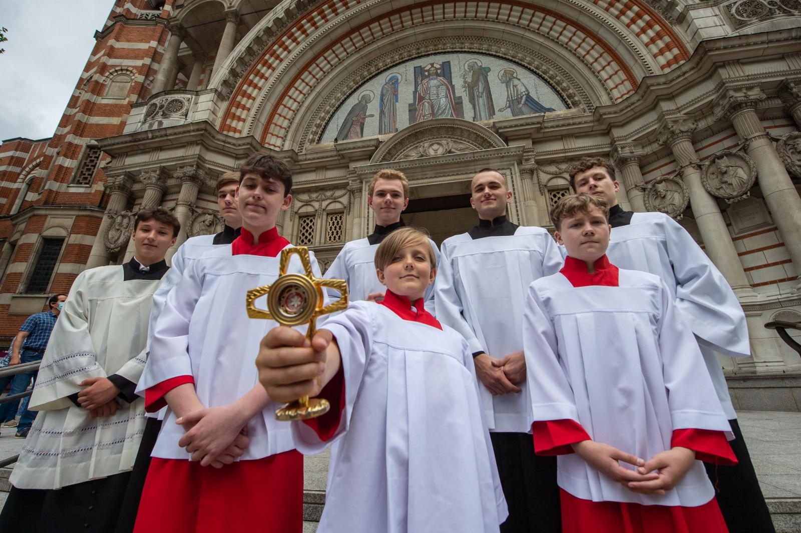 Polish Altar Servers receive relic of Blessed Carlo Acutis - Diocese of Westminster